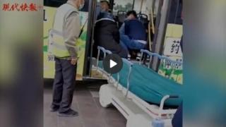 暖心!老人公交车内晕倒,同车护士急救,司机开车直奔医院